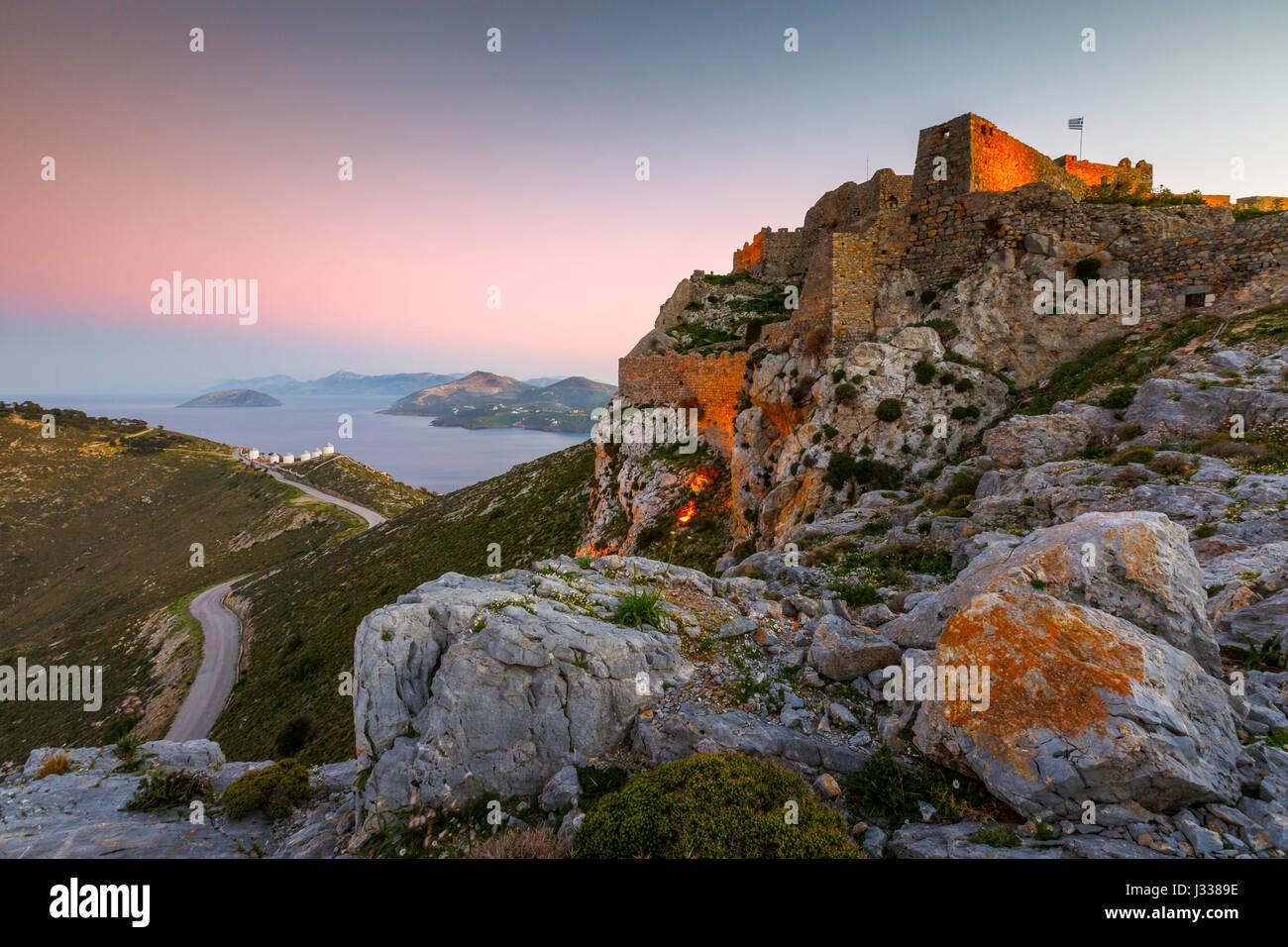 Castillo en Leros island en Grecia al atardecer. Imagen De Stock