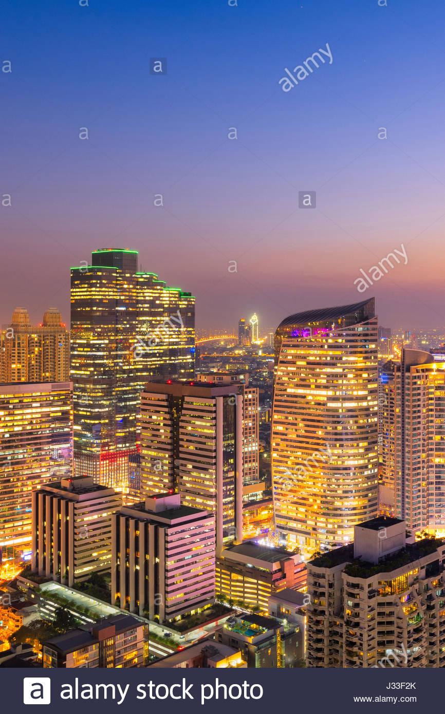 Paisaje urbano vista de Bangkok moderno edificio comercial de oficinas en la zona de negocios de Bangkok, Tailandia. Imagen De Stock