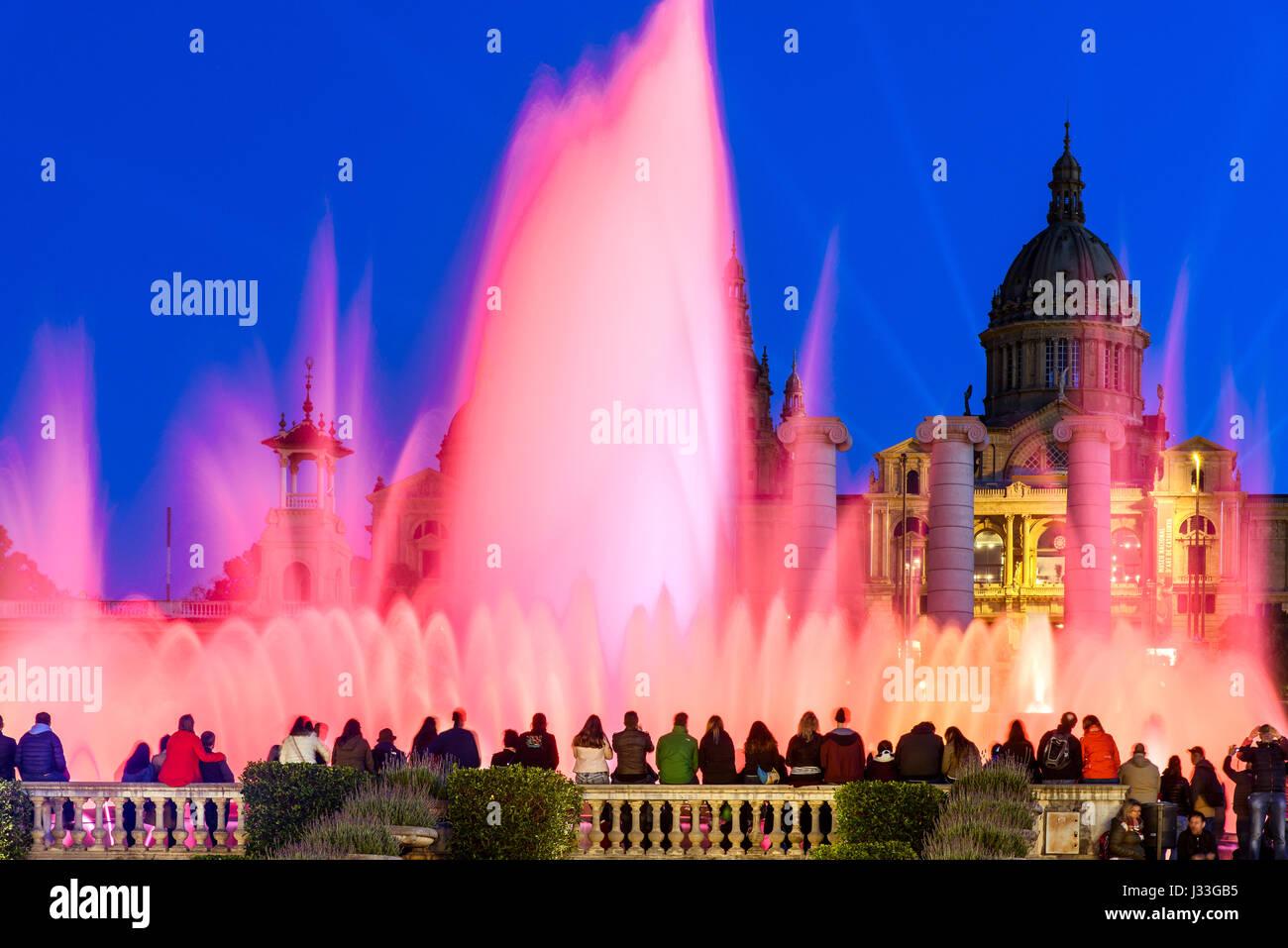 Luz de noche show en Fuente Mágica o la Fuente Mágica, Barcelona, Cataluña, España Foto de stock