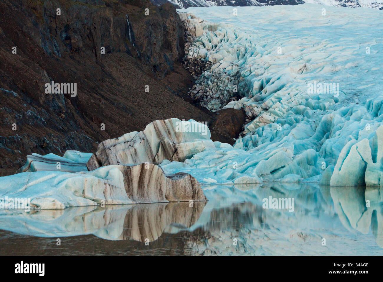 Las formas resistentes de hielo glaciar, con su característico color azul cobalto. glaciar Vatnajokull, Islandia. Imagen De Stock