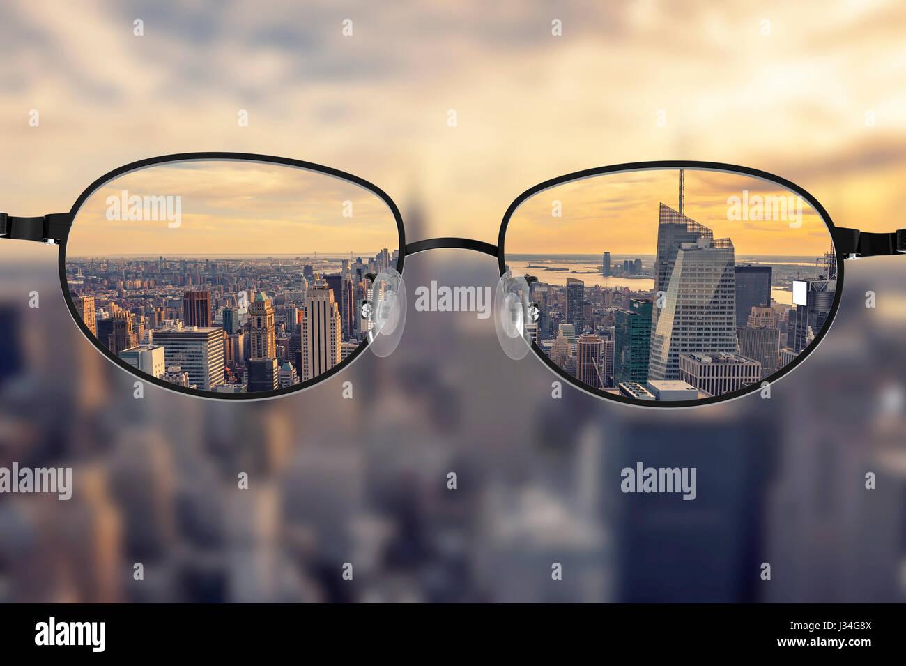 ad496bb462 Claro paisaje urbano centrado en las gafas lentes con fondo de paisaje  urbano borrosa Imagen De