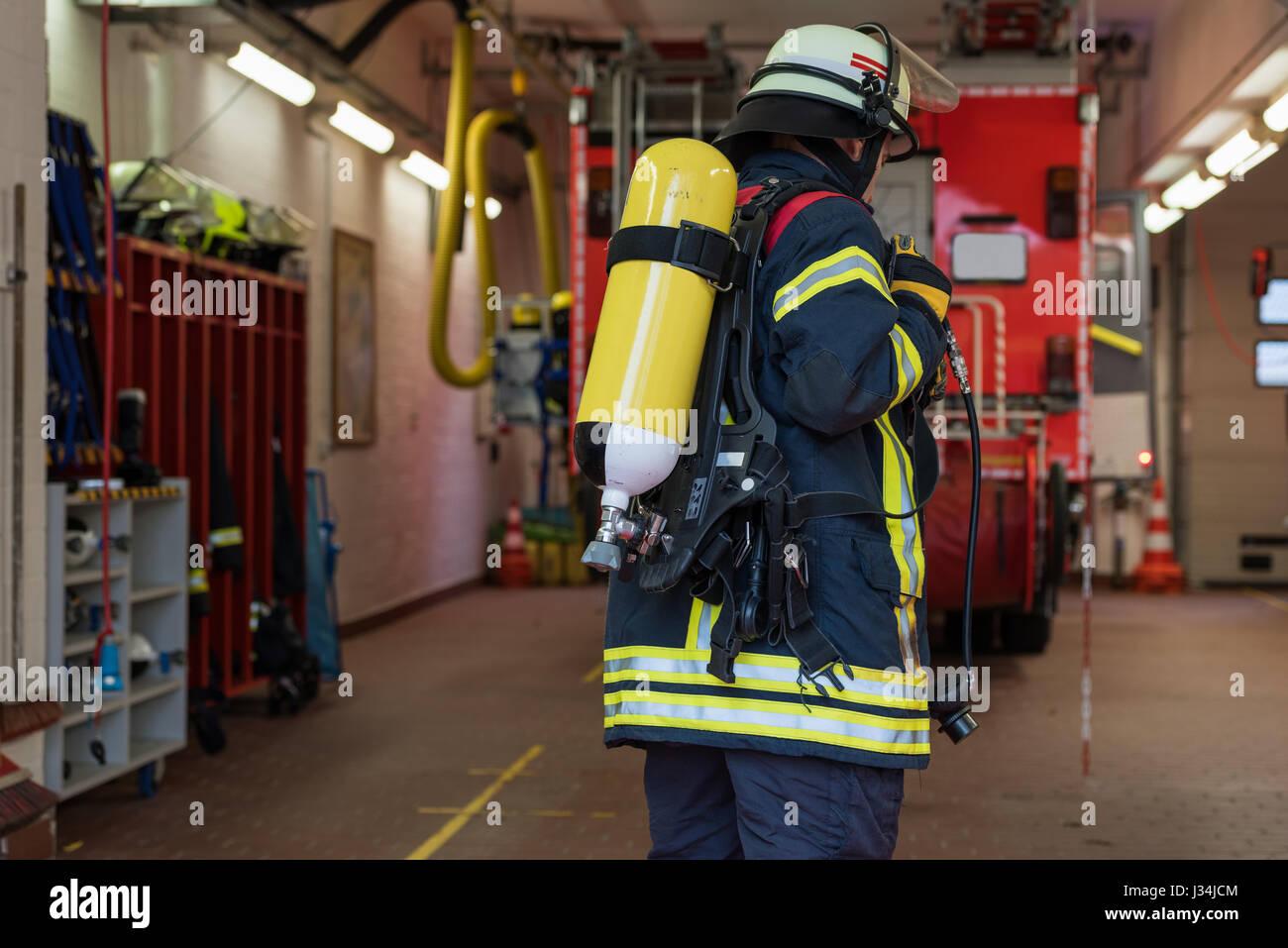 El bombero alemán en acción con tanque de oxígeno Imagen De Stock