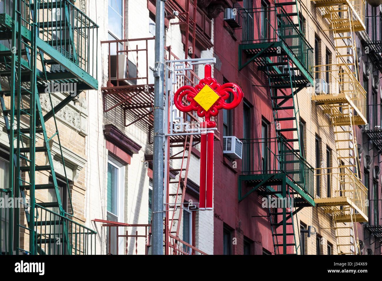 Rojo y amarillo buena suerte icono en Chinatown, Nueva York. Los lados redondeados decir buena fortuna para compartir Imagen De Stock