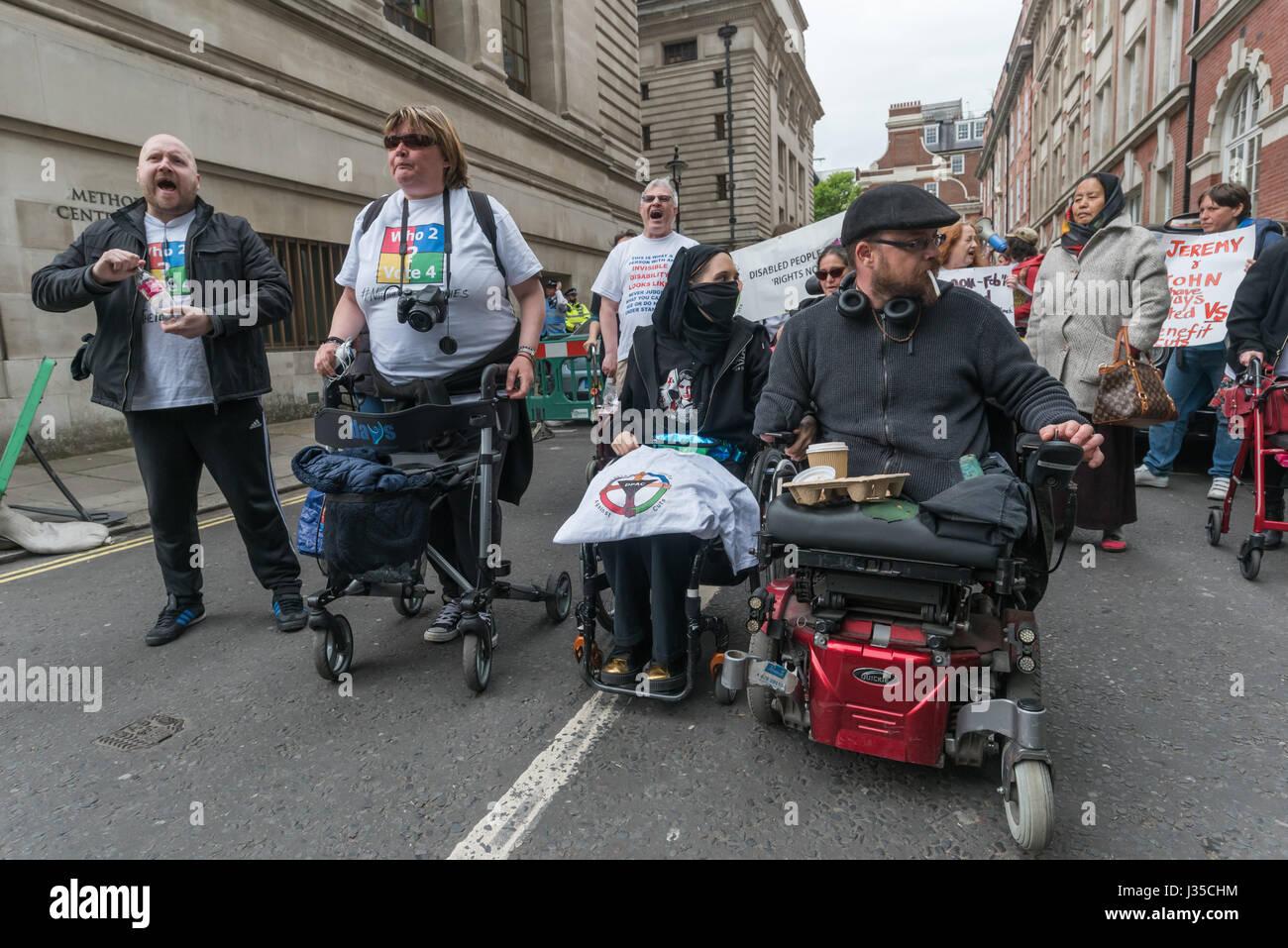 Londres, Reino Unido. El 2 de mayo de 2017. Las personas con discapacidad contra los recortes (DPAC) protesta desplazarse Imagen De Stock