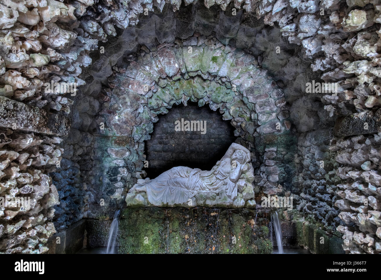 Estatua de un nymphe en una cueva Foto de stock