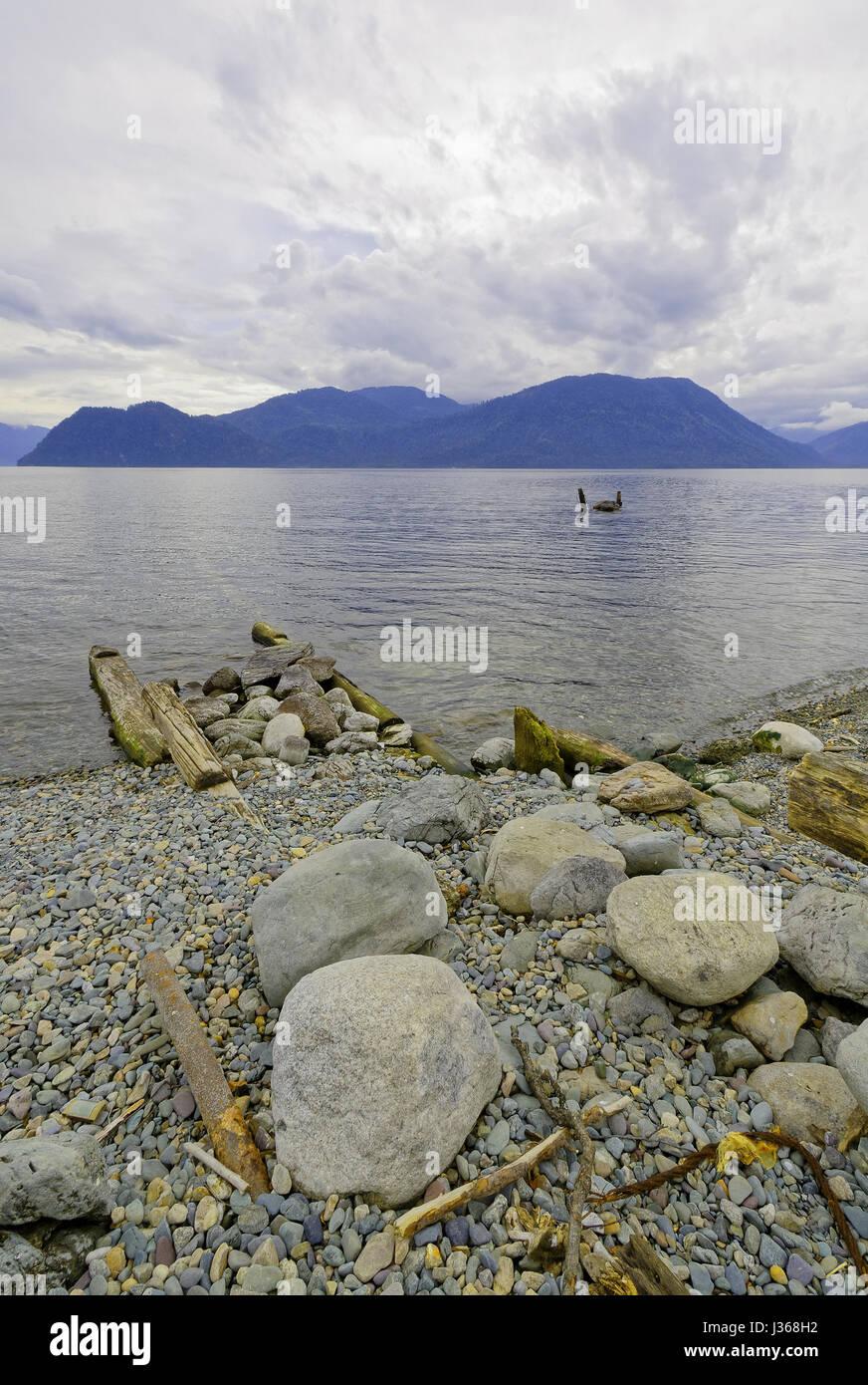 Siberia, verano. El lago Teletskoye viejo muelle destruido Foto de stock