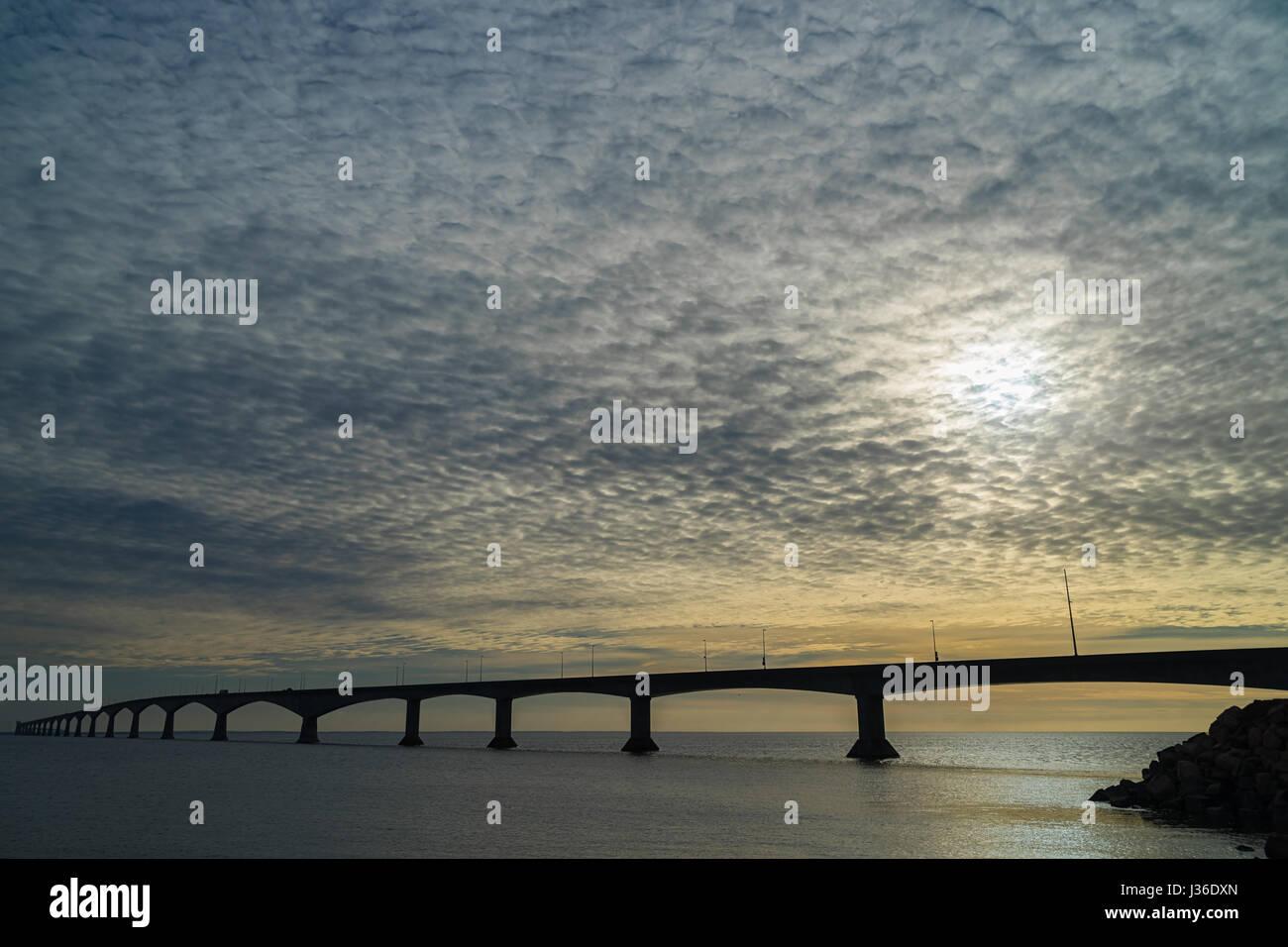 Cielos nublados por la Confederación puente que une la Isla del Príncipe Eduardo con la parte continental de Nueva Brunswick, Canadá. Foto de stock