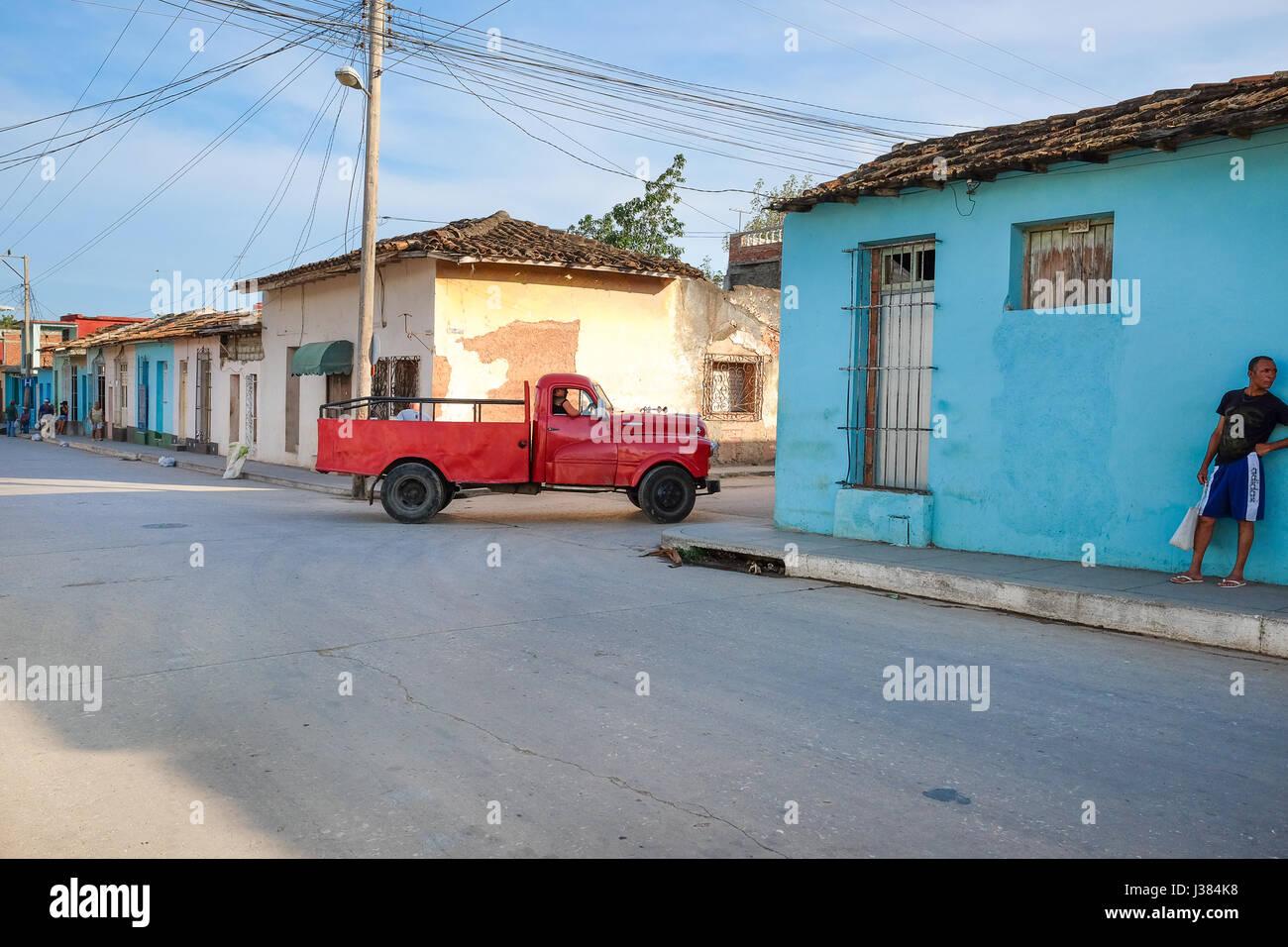 Calles de Trinidad, Cuba, pickup roja por conducción Imagen De Stock