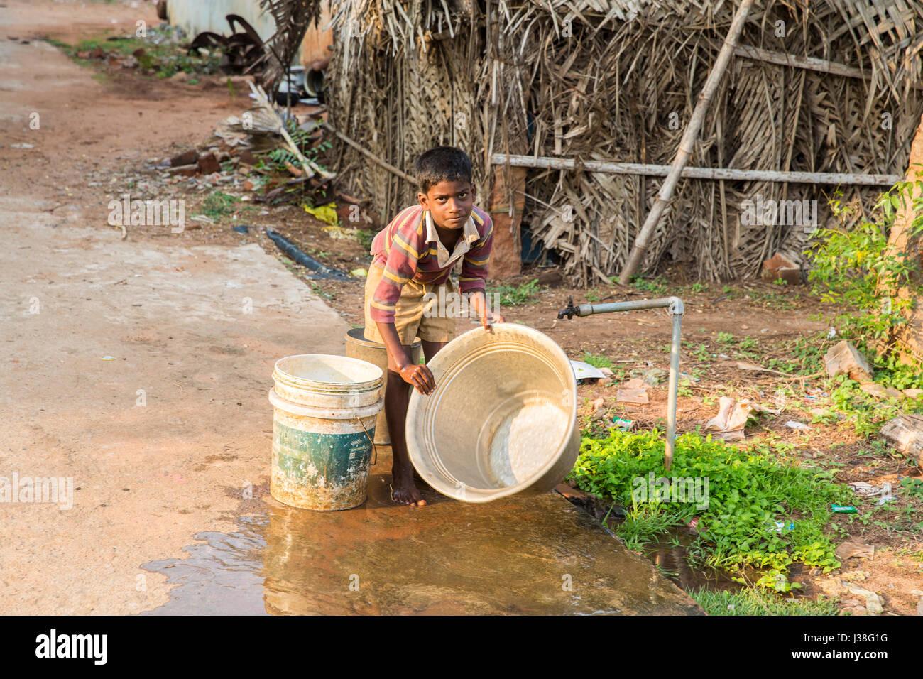 Documental imagen editorial. Pondicherry, Tamil Nadu, India - 15 de mayo de 2014. Muy pobre muchacho lavando platos Imagen De Stock