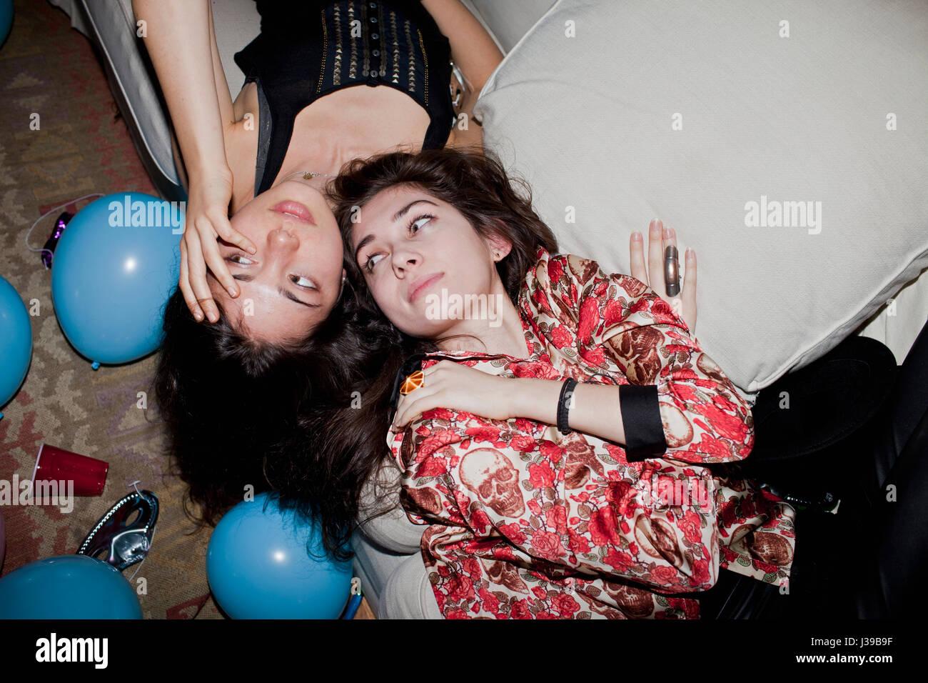 Las mujeres jóvenes en una fiesta Imagen De Stock