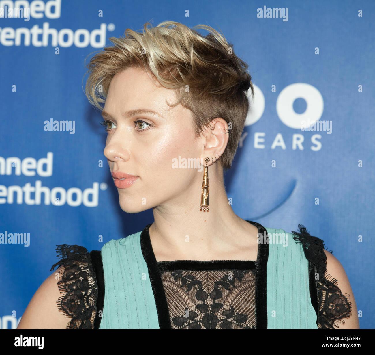 New York, NY USA - Mayo 2, 2017: Scarlett Johansson atiende el Planned Parenthood centenario Gala en Pier 36 Imagen De Stock
