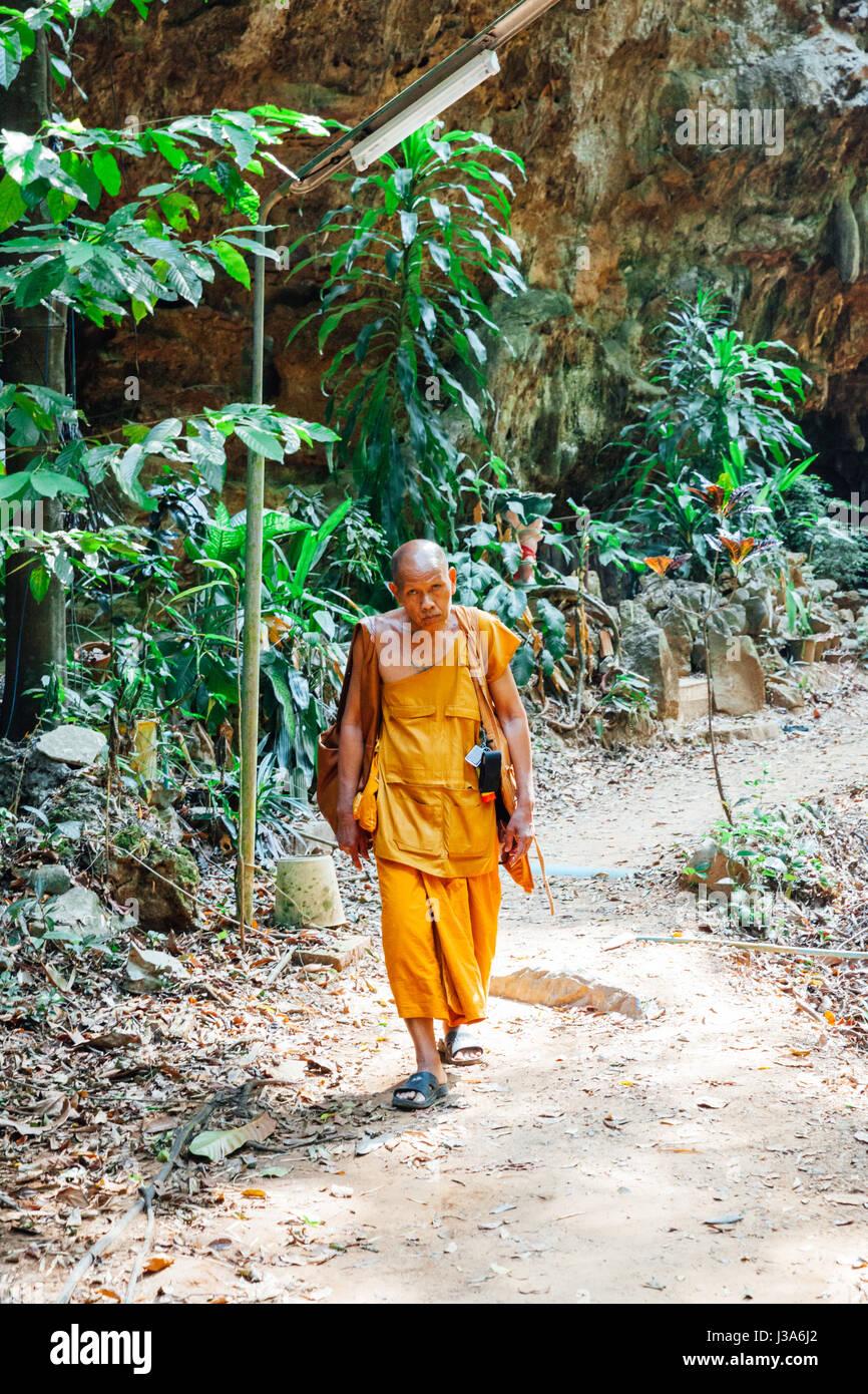 En Krabi, Tailandia - 10 de abril: monje budista caminando por la selva en Abril 10, 2016 en Krabi, Tailandia. Imagen De Stock