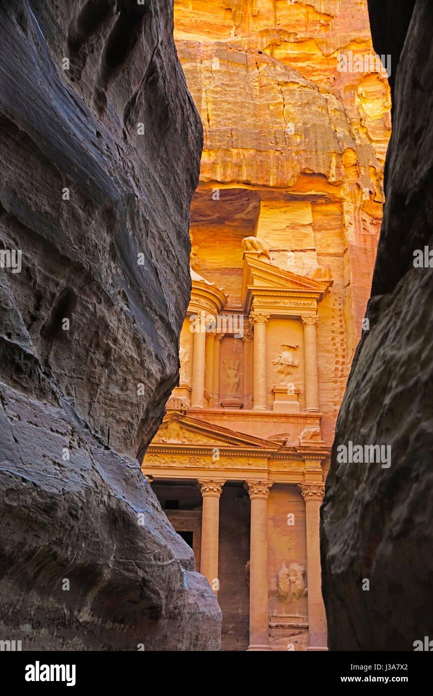 El Tesoro visto desde el Siq en Petra. Imagen De Stock