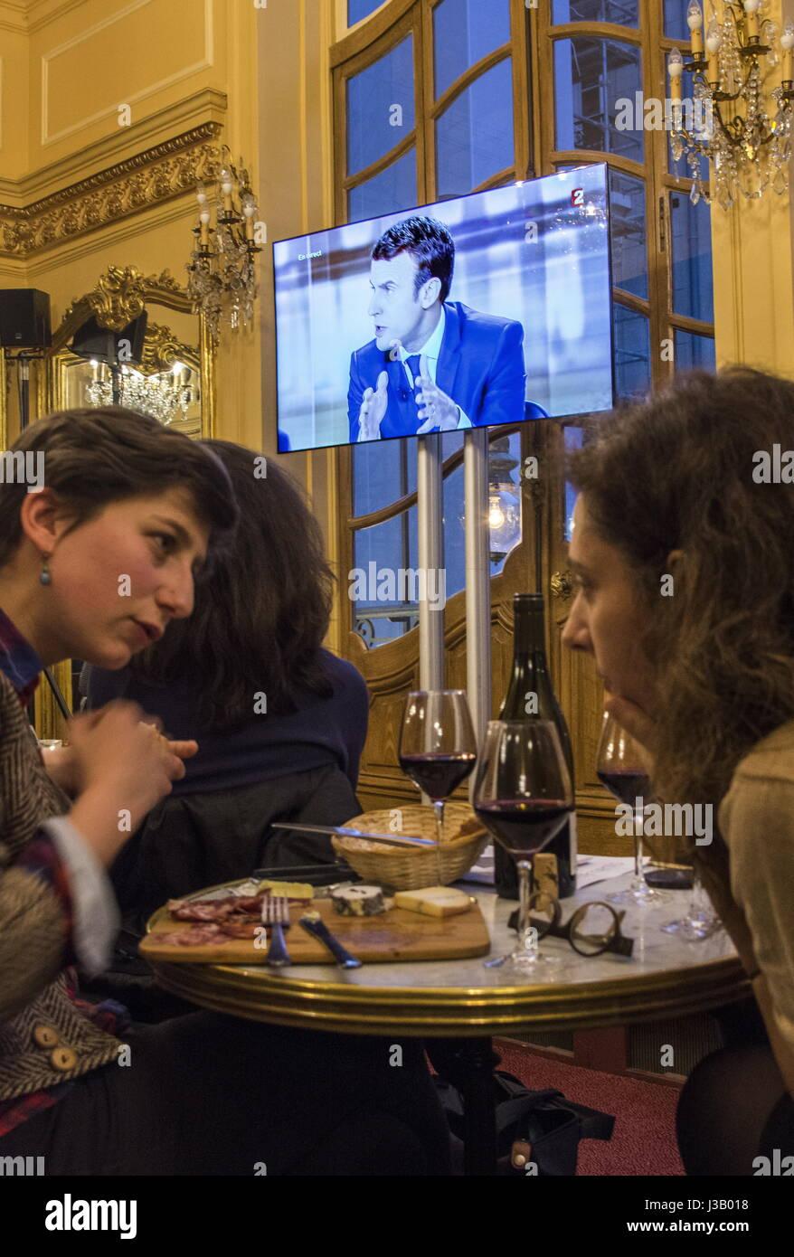 París, Francia. 3 de mayo de 2017. Personas ver una emisión de televisión el debate entre los candidatos Imagen De Stock