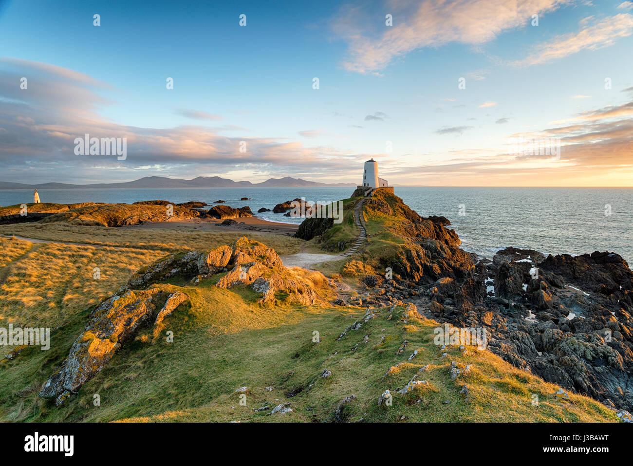 El faro de la hermosa isla Llanddyn Anglesy en la costa de Gales Imagen De Stock