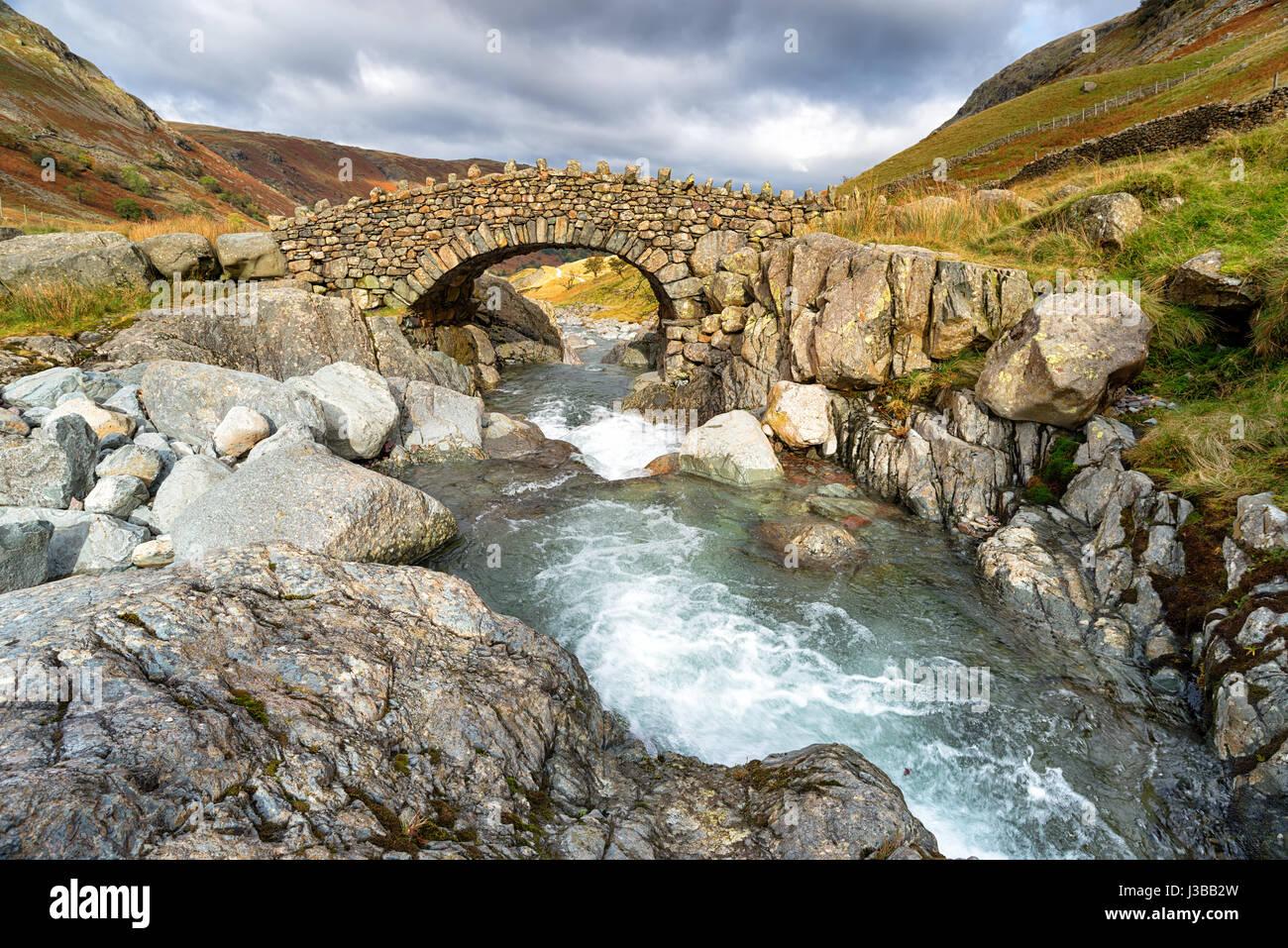Puente cerca de Allerdale Stockley en el Parque Nacional Lake District en Cumbria Imagen De Stock