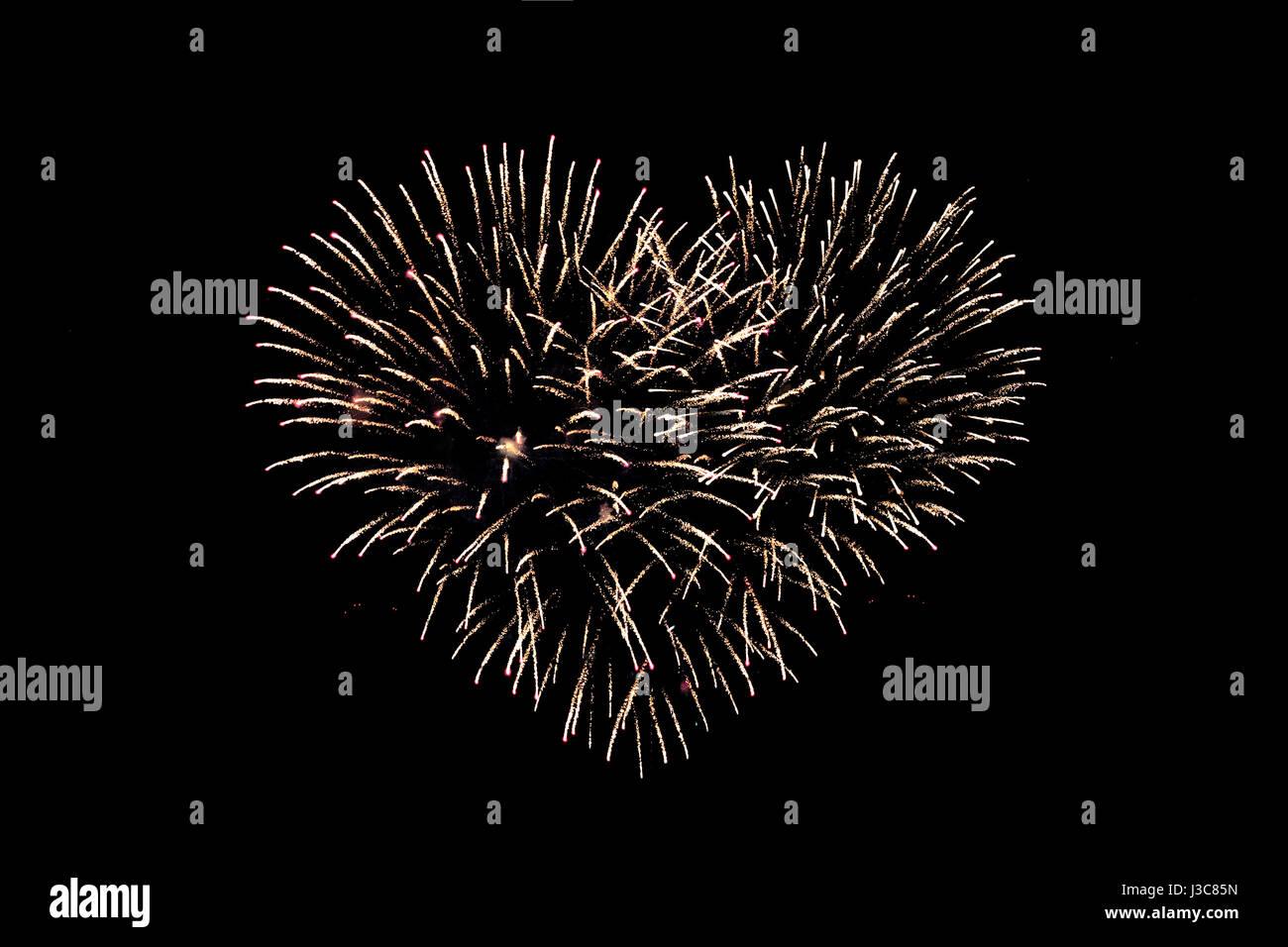 Fuegos artificiales por la noche en forma de corazón Foto de stock