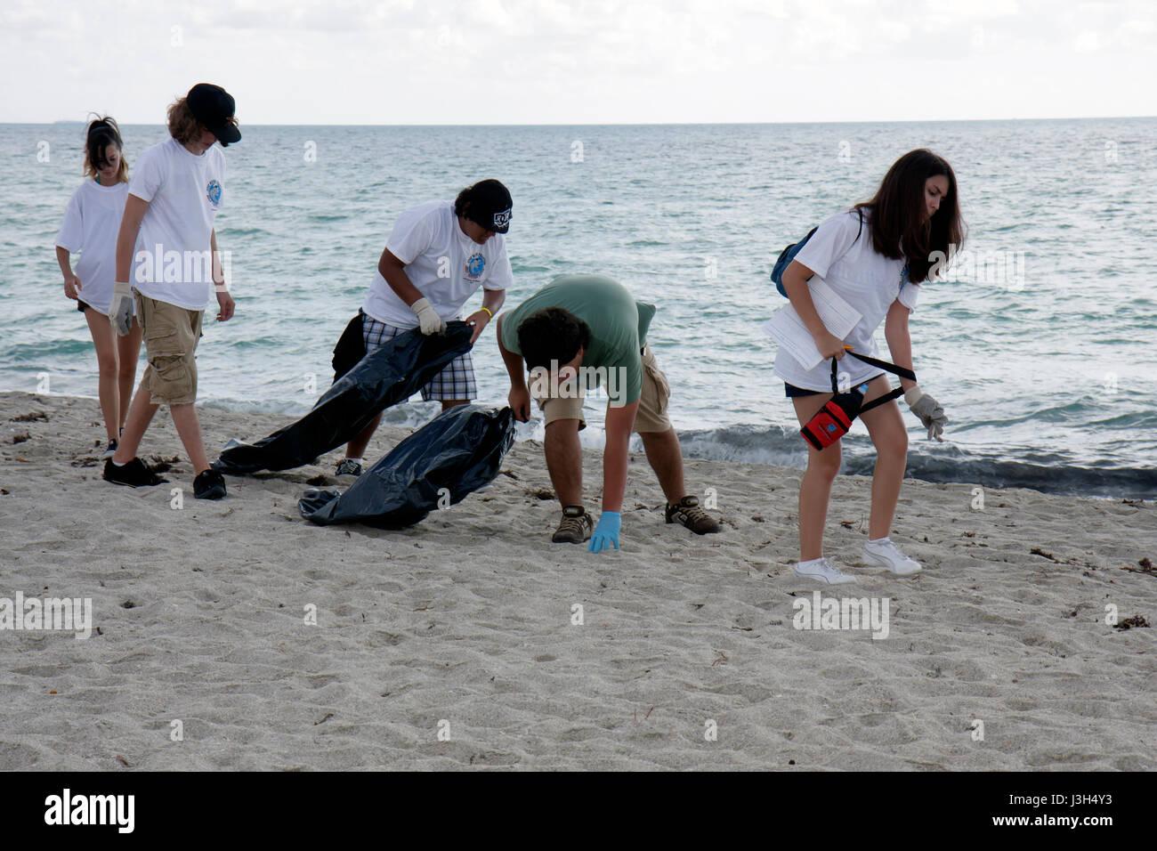 Miami Beach Florida del Lummus Park voluntarios de limpieza Costera internacional estudiante chicas chicos adolescentes Foto de stock