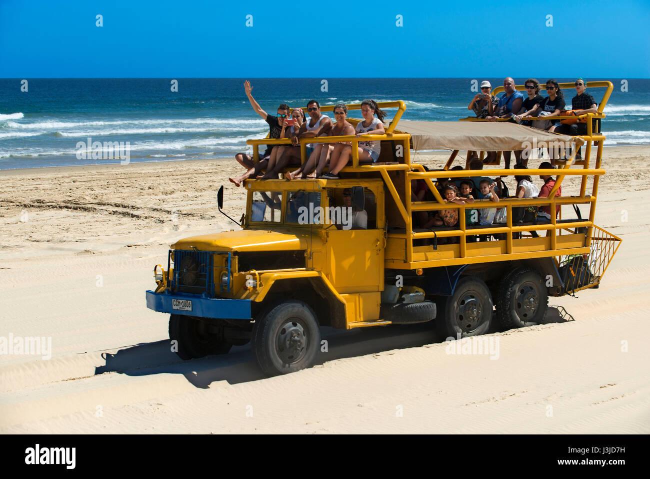 Camiones especiales se utilizan para llegar a la aldea, Cabo Polonio, Departamento de Rocha, Uruguay. Imagen De Stock