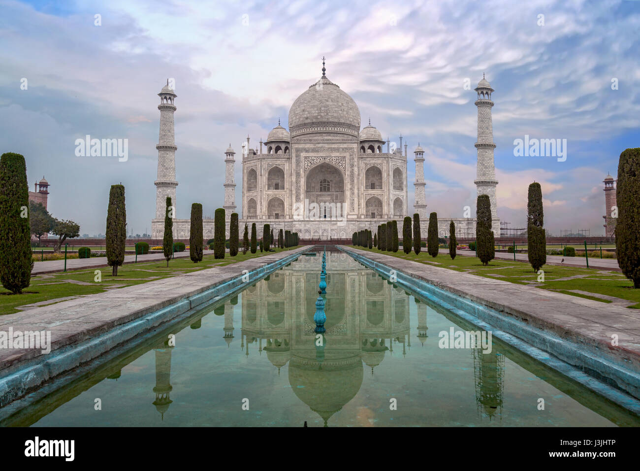 Taj Mahal al amanecer. Taj Mahal es un mausoleo de mármol blanco en Agra designado como Sitio de Patrimonio Imagen De Stock