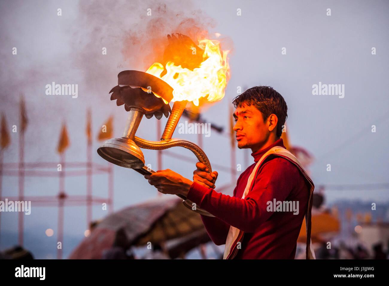 Un sacerdote Hindú en las orillas del Ganges / río Ganges en Varanasi, India realiza una ceremonia (puja) Imagen De Stock