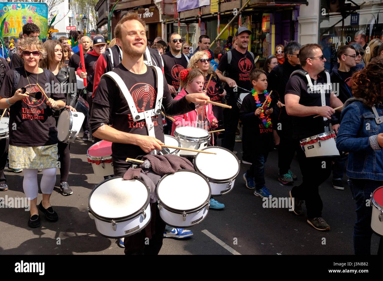 """Brighton, Reino Unido. El 6 de mayo, 2017: Cada año, el primer día del Festival de Brighton se abre con el colorido desfile infantil por las calles del centro de la ciudad. Las escuelas primarias y junior desde toda la ciudad participar en un desfile de disfraces y música, este año el tema fue """"Poesía en movimiento"""" que refleja Kate Tempest es el Curador del festival 2017. Crédito: Scott Hortop/Alamy Live News Foto de stock"""