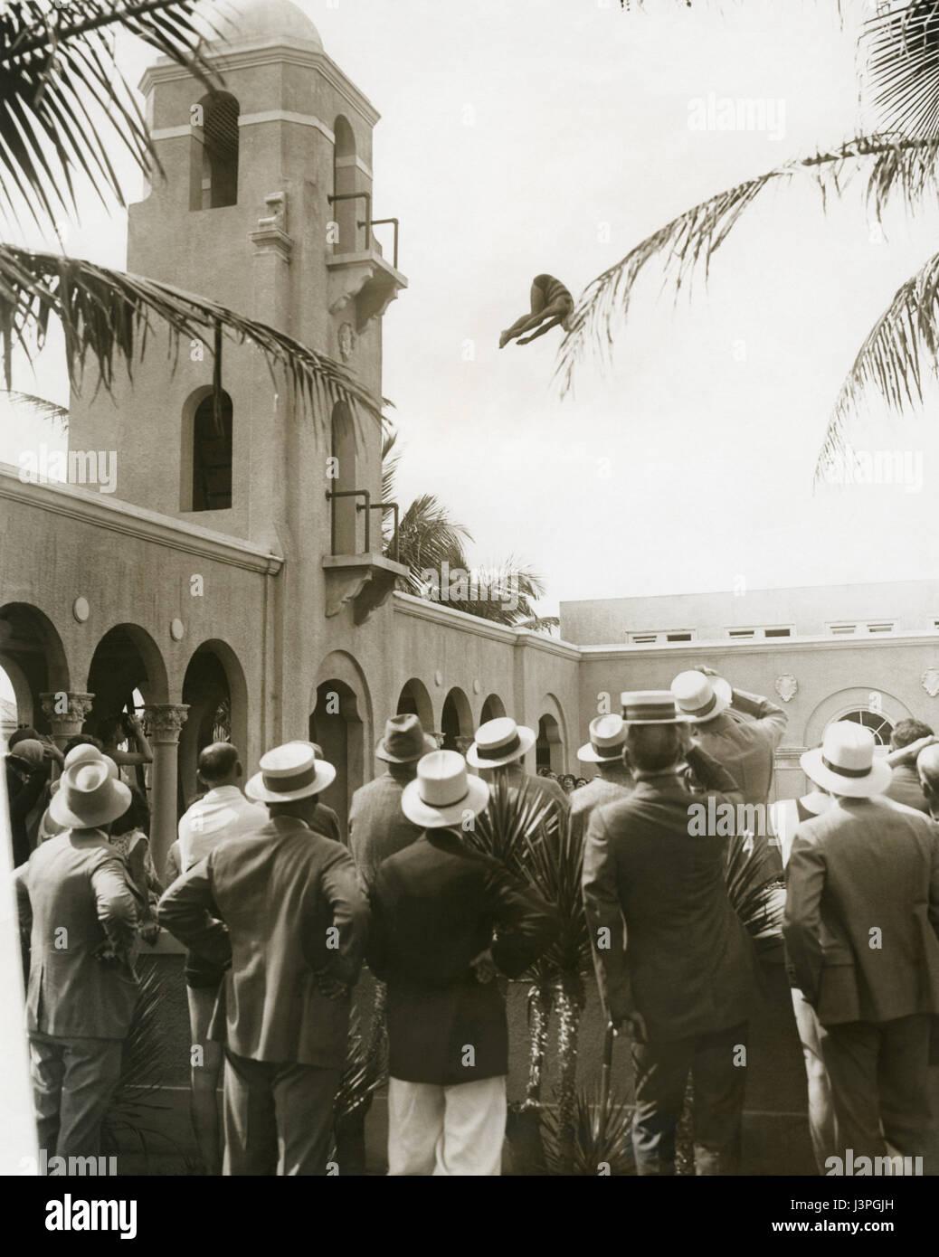 Helen Meany (Olympic diving champion - 1920, 1924,1928) buceo desde el alto trampolín de buceo en el Breakers Resort hotel en Palm Beach, Florida, en febrero de 1930. Foto de stock