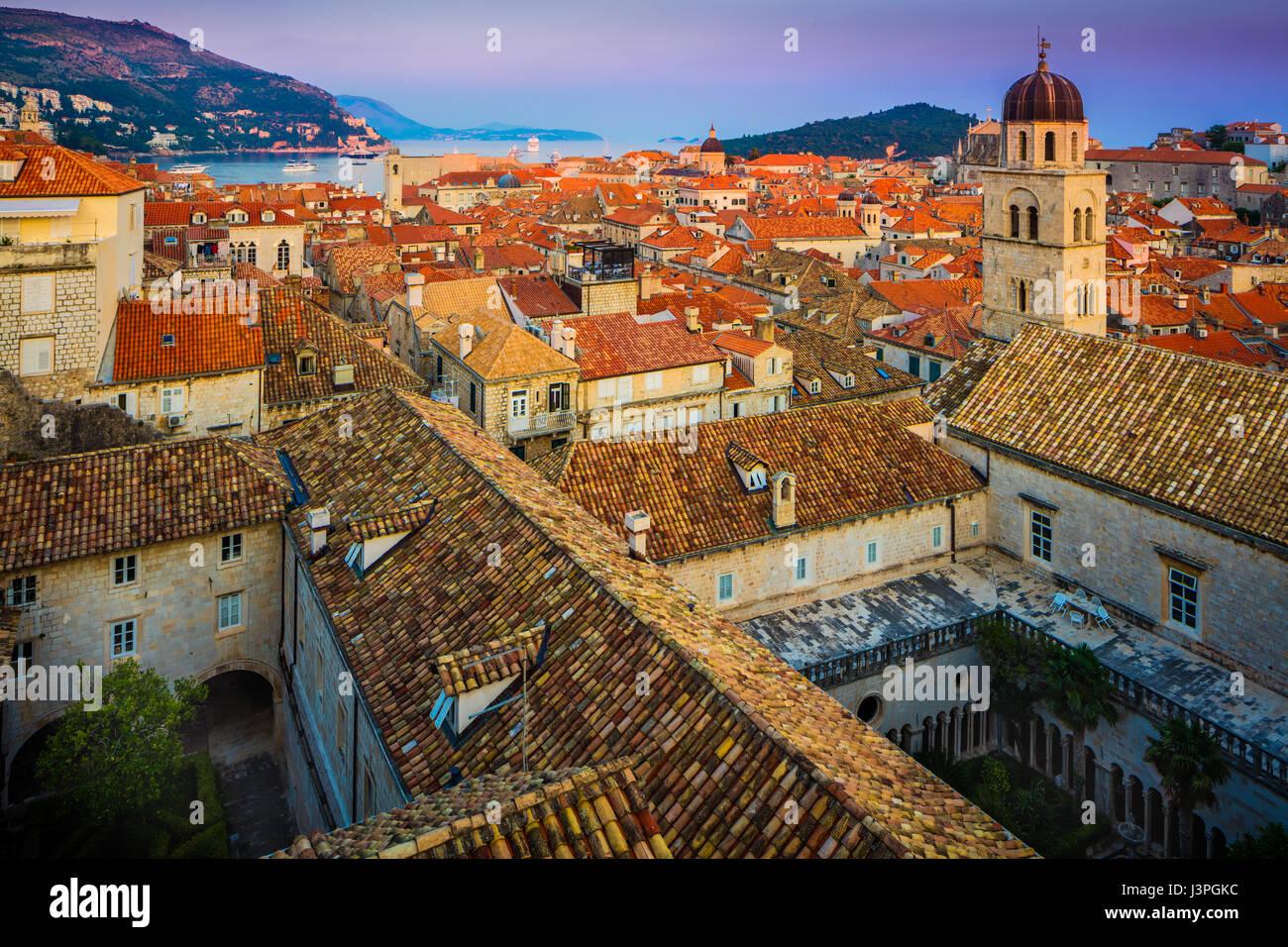 Dubrovnik, Croacia, que se caracteriza por sus murallas medievales de la ciudad. Dubrovnik es una ciudad croata en el Mar Adriático, en la región de Dalmacia. Es en Foto de stock