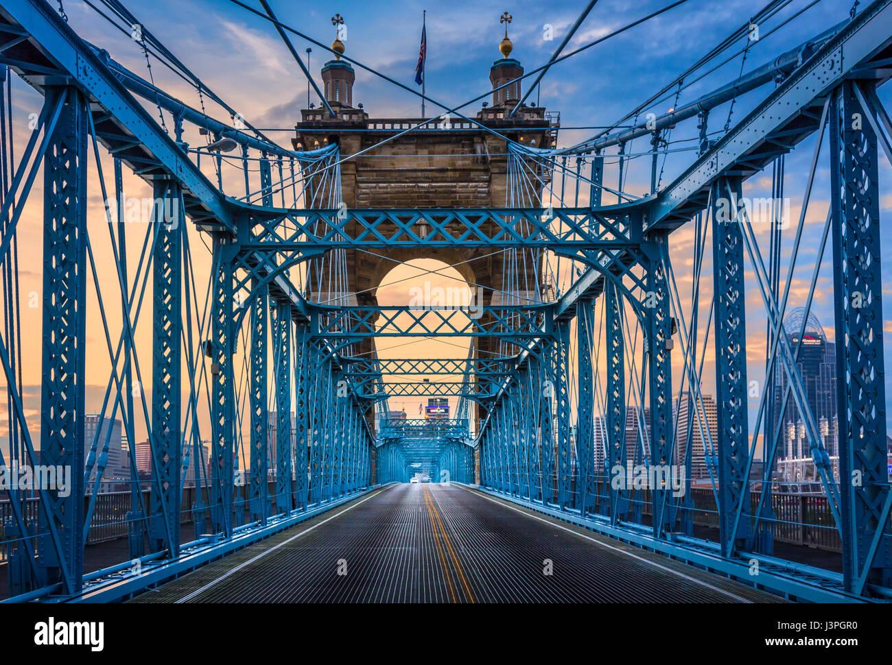 John A. Roebling Suspension Bridge cruza el Río Ohio entre Cincinnati, Ohio y Covington, Kentucky. Cuando los Imagen De Stock