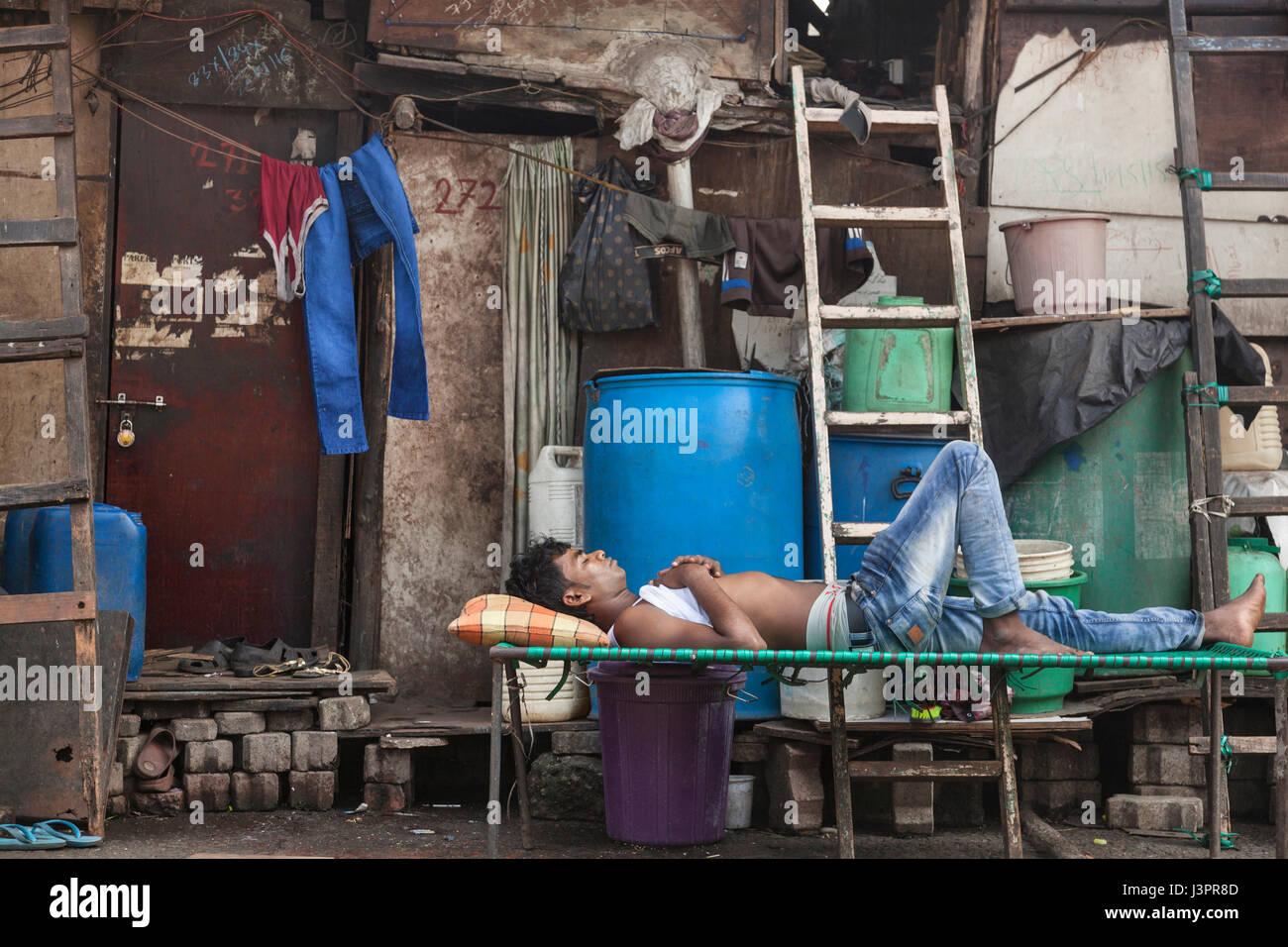 Hombre, una siesta durante el día, Mumbai Imagen De Stock