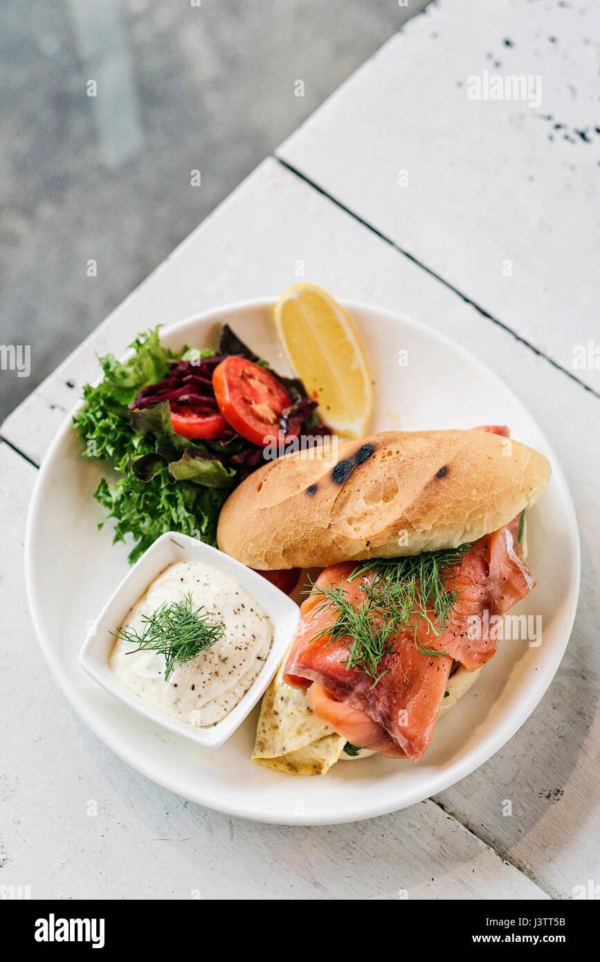 Scandinavian sanos y frescos sandwich de salmón ahumado con huevo y crema agria comidas Foto de stock
