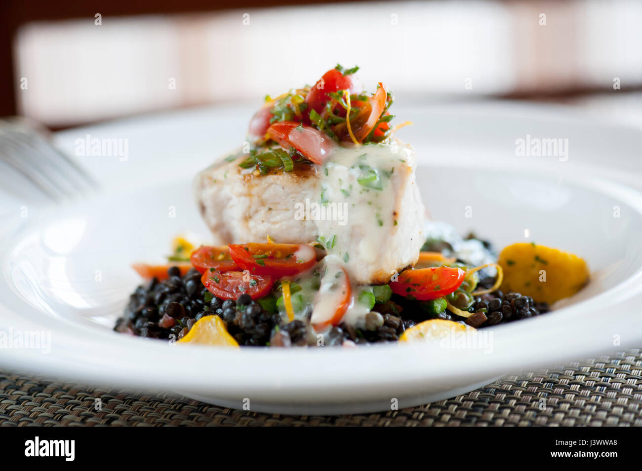 Ee.Uu. Food filete de pez espada sobre una cama de lentejas a la parrilla y mariscos Waypoint Virginia Williamsburg Imagen De Stock
