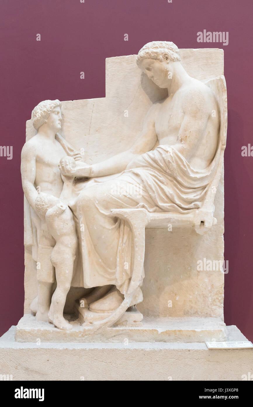 Estela funeraria con escena de despedida Imagen De Stock