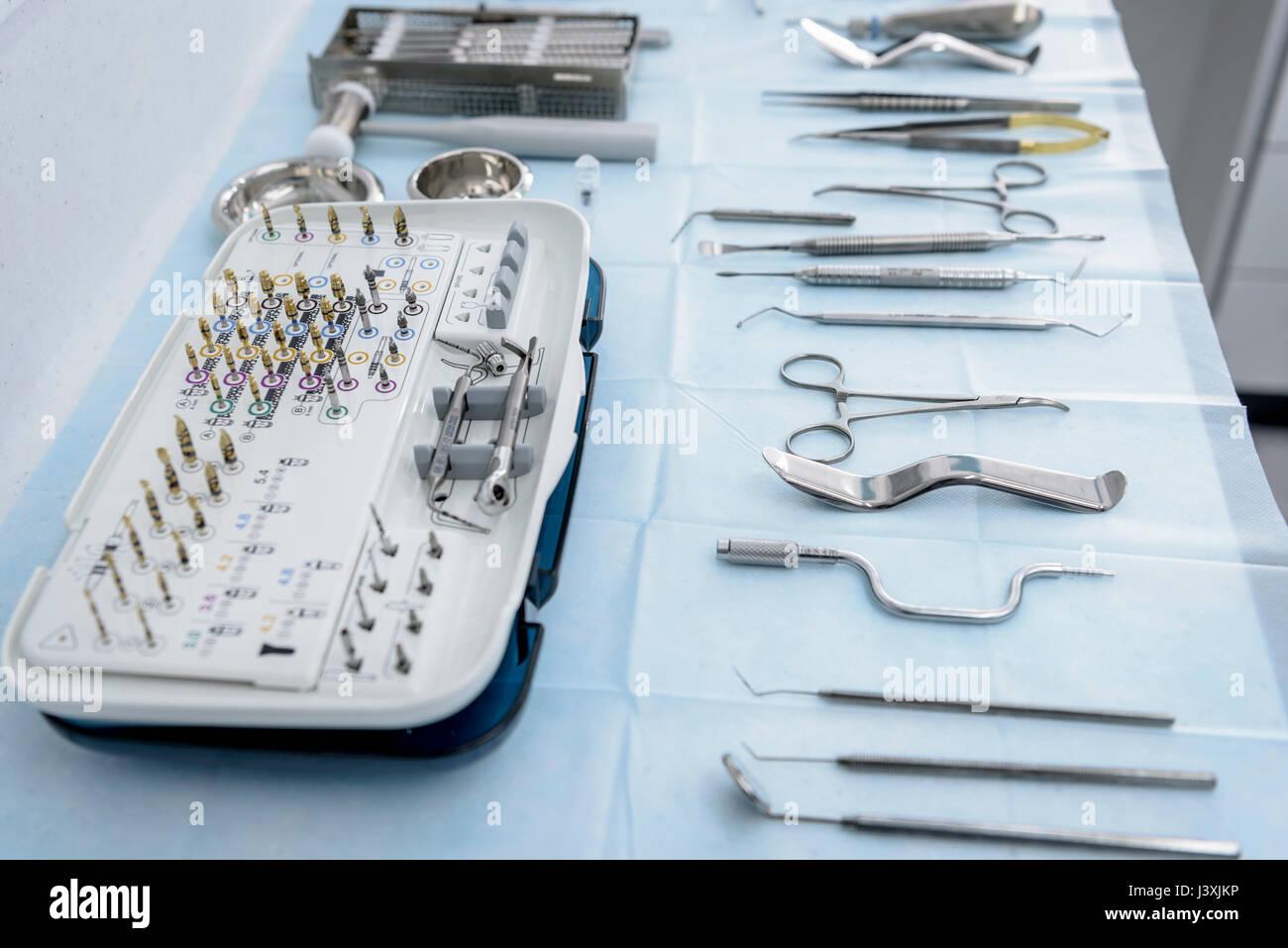 Selección de herramientas dentales en cirugía dental Imagen De Stock