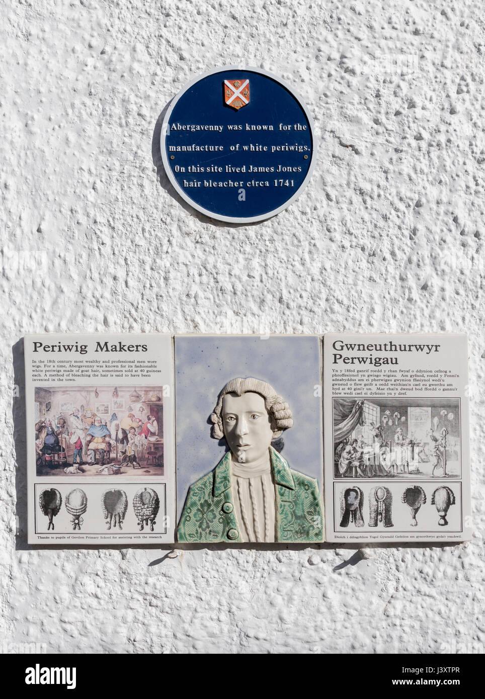 Placa y firmar sobre fabricación periwig, Abergavenny, Wales, REINO UNIDO Imagen De Stock