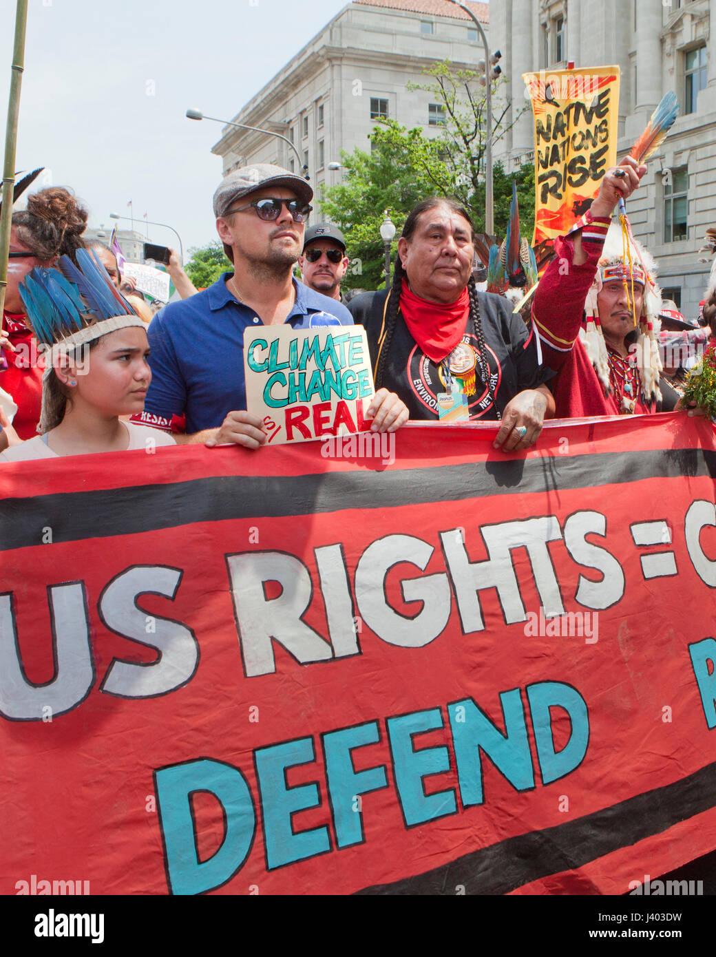 Leonardo DiCaprio protestando con los nativos americanos durante el clima del pueblo Marzo - Abril 29, 2017, Washington, Imagen De Stock