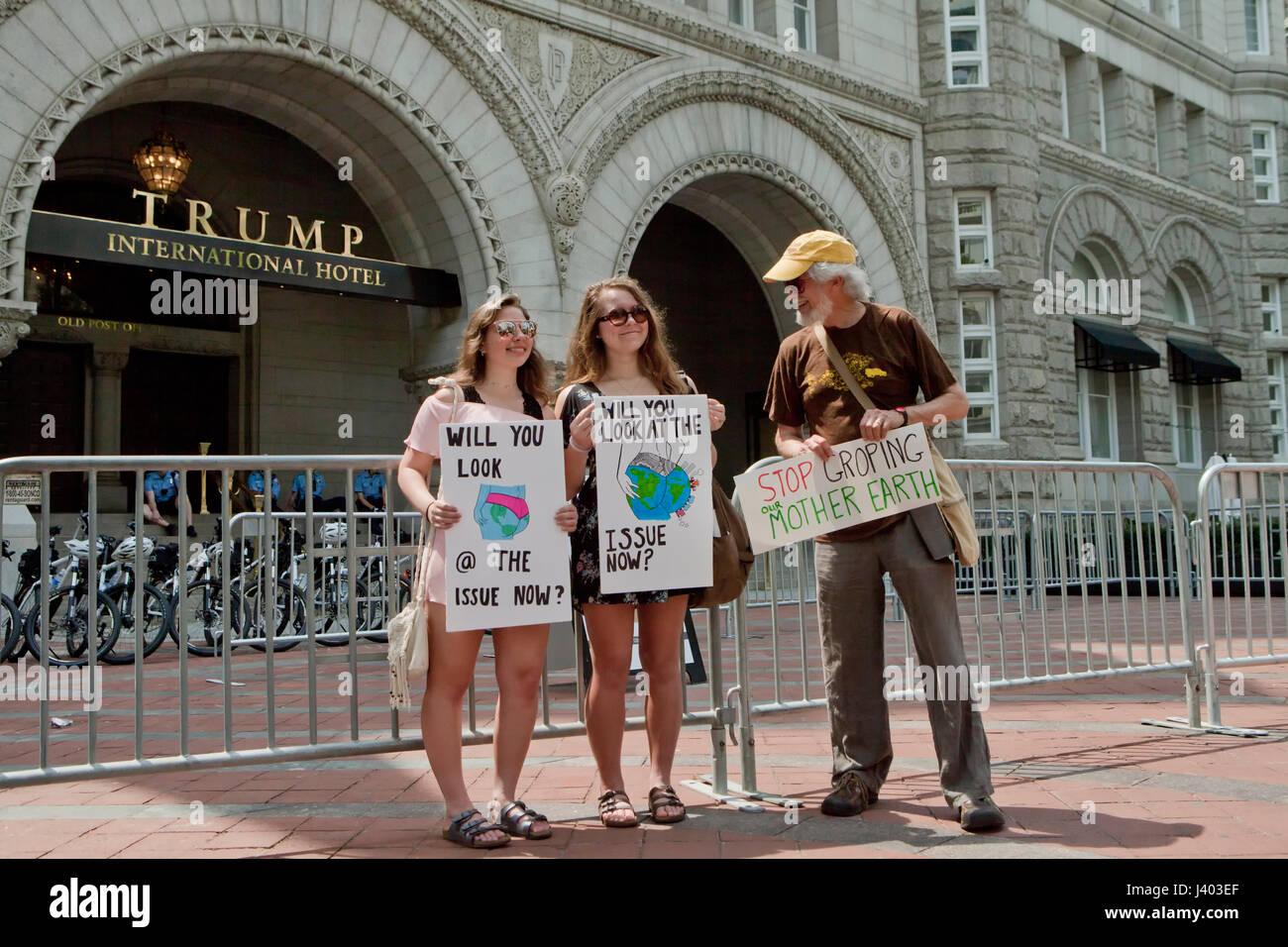 Cambio climático activistas que protestaban en frente de Trump International Hotel - Washington, DC, EE.UU. Imagen De Stock