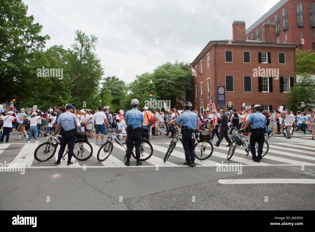 Bicicleta de carretera cerca de la policía para bloquear la protesta pública - EE.UU. Imagen De Stock