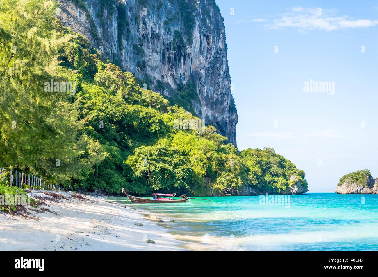 Scénic con dirección vista de la playa de la isla contra el cielo Imagen De Stock