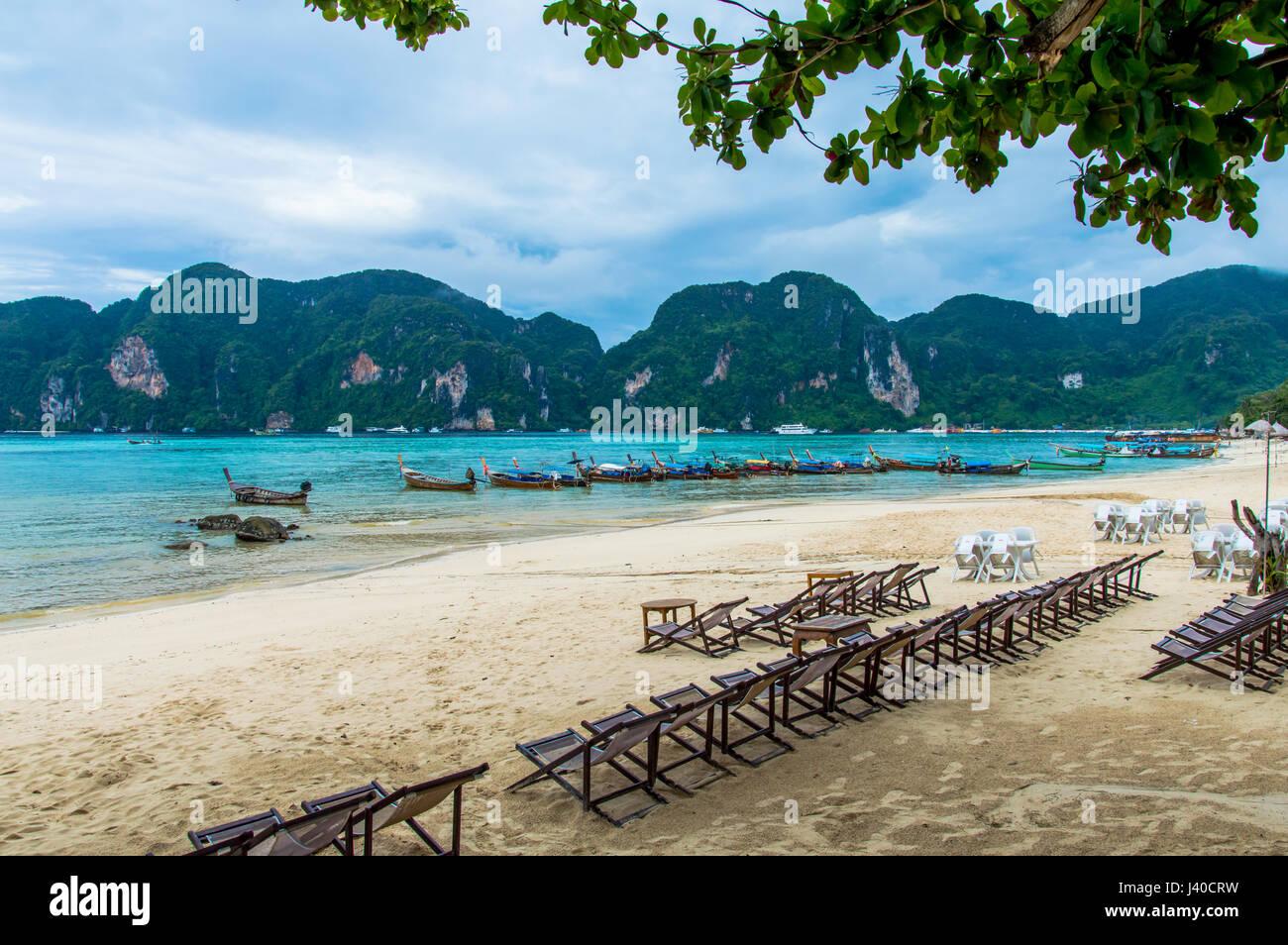 """Vista de la playa de la isla de Phi Phi bay contra barcos amarrados y costa """"longtail"""" Foto de stock"""
