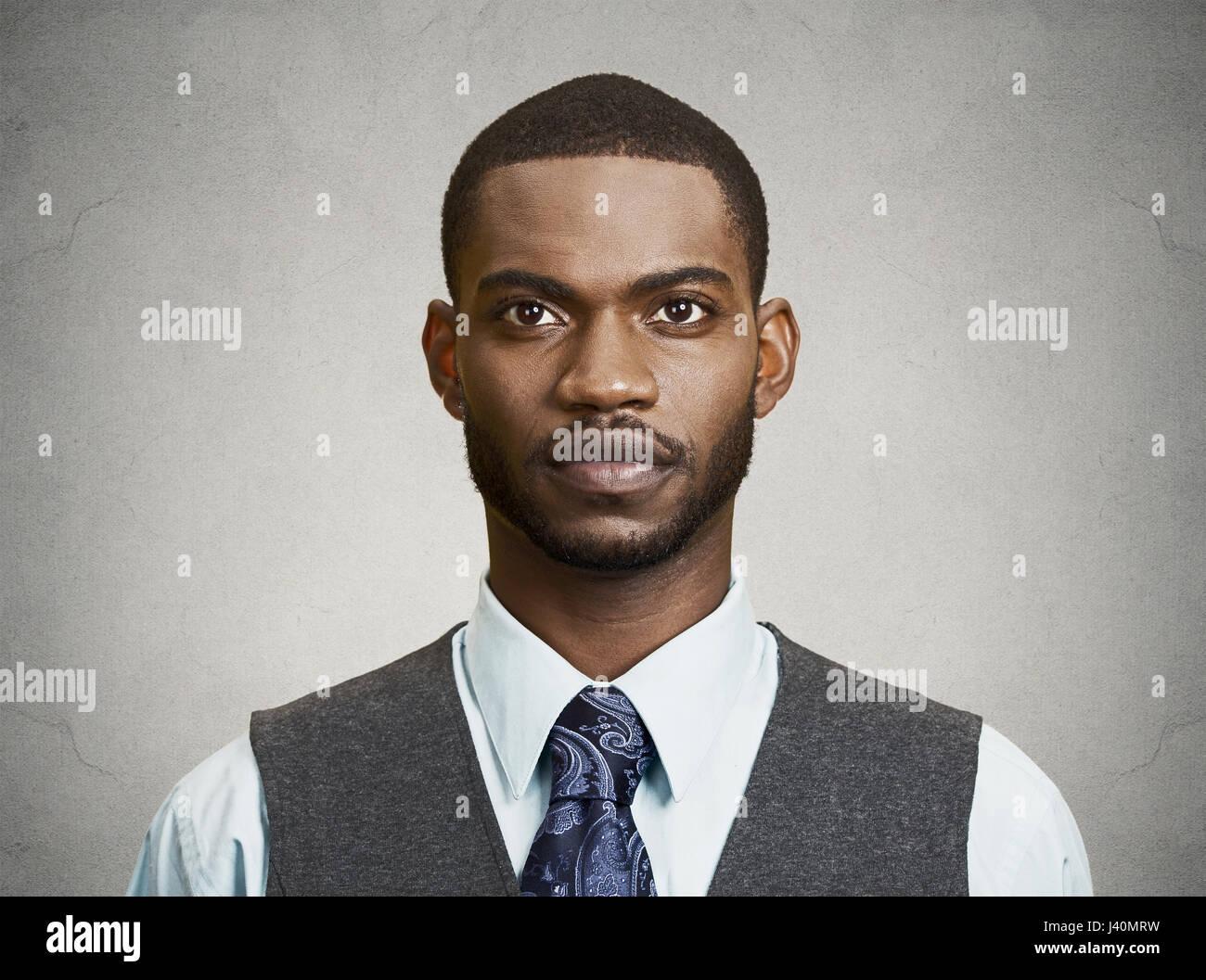Closeup retrato, headshot, feliz, joven y apuesto hombre de negocios serio, seguro estudiantil, agente inmobiliario, Imagen De Stock