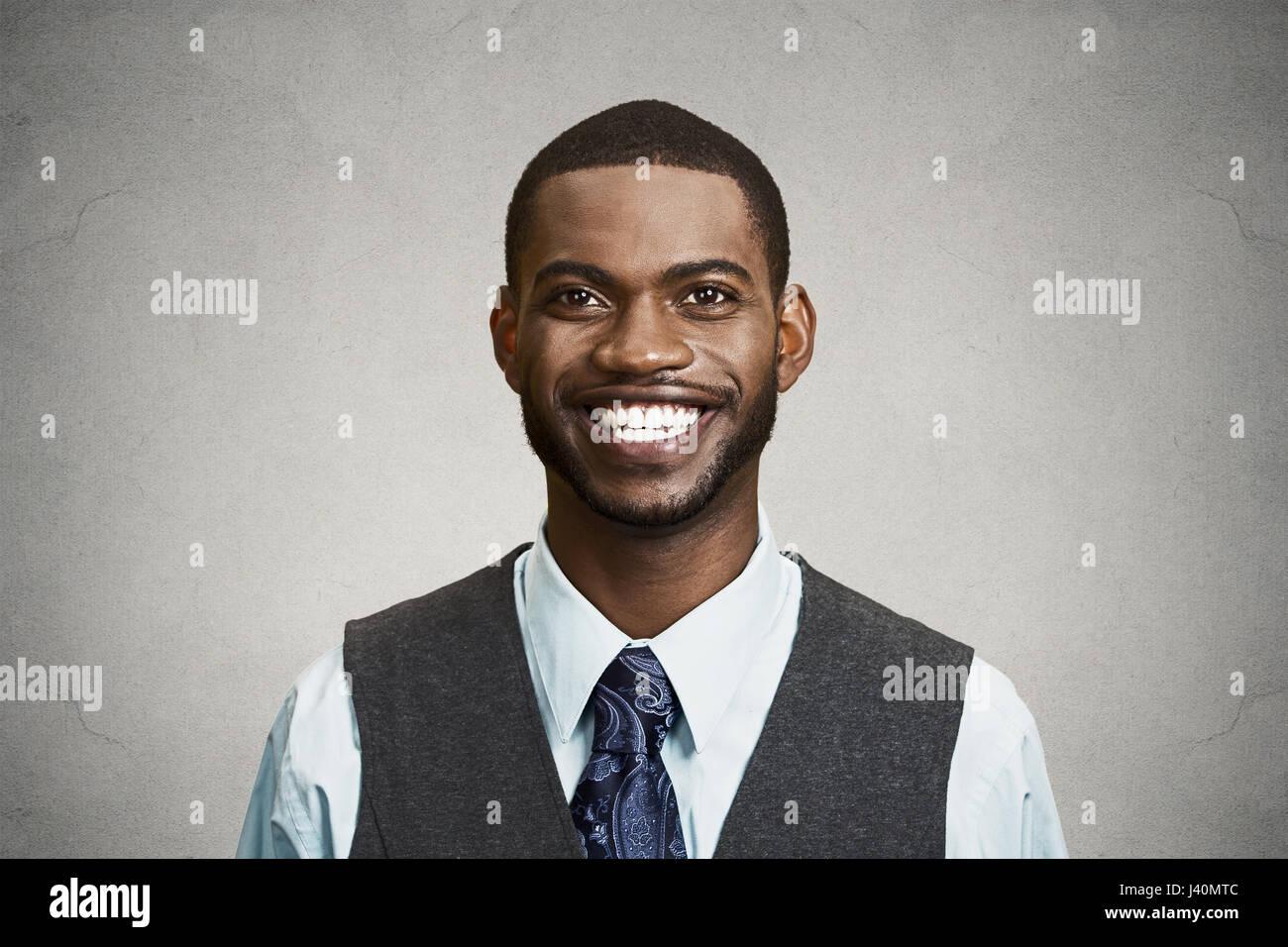 Closeup retrato, headshot, feliz, joven y apuesto hombre de negocios sonriendo, seguro de estudiante, agente inmobiliario, Imagen De Stock