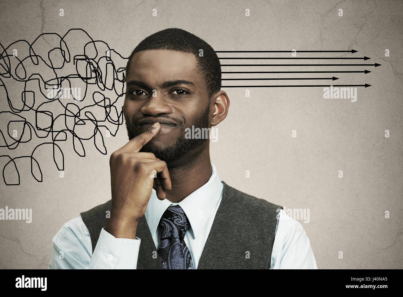 Closeup retrato hombre de negocios pensando en algo, el dedo en los labios en busca de solución de problema Imagen De Stock