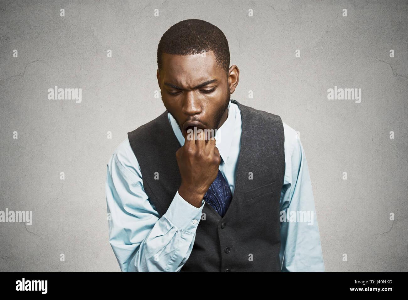 Closeup retrato joven hombre de negocios pegada en el dedo sobre la boca para vomitar mostrar disgusto desagrado Imagen De Stock