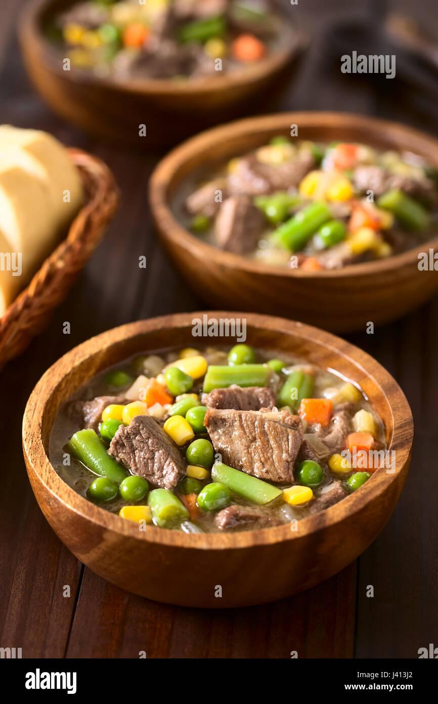 Estofado De Carne O Sopa De Verduras De Verano Con Coloridos Arveja