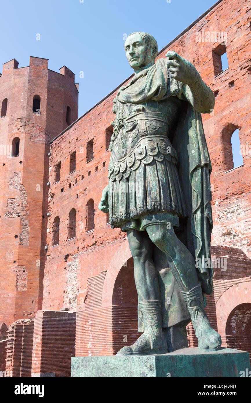Turín - La estatua de César y la puerta Palatina. Foto de stock