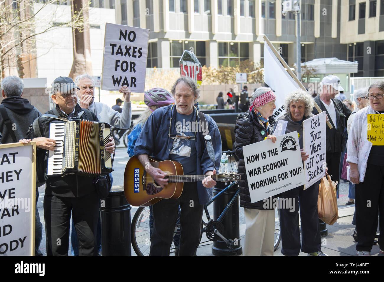 Los manifestantes pacifistas demostrar fuera del Servicio de Rentas Internas (IRS) en Manhattan, en el día Imagen De Stock