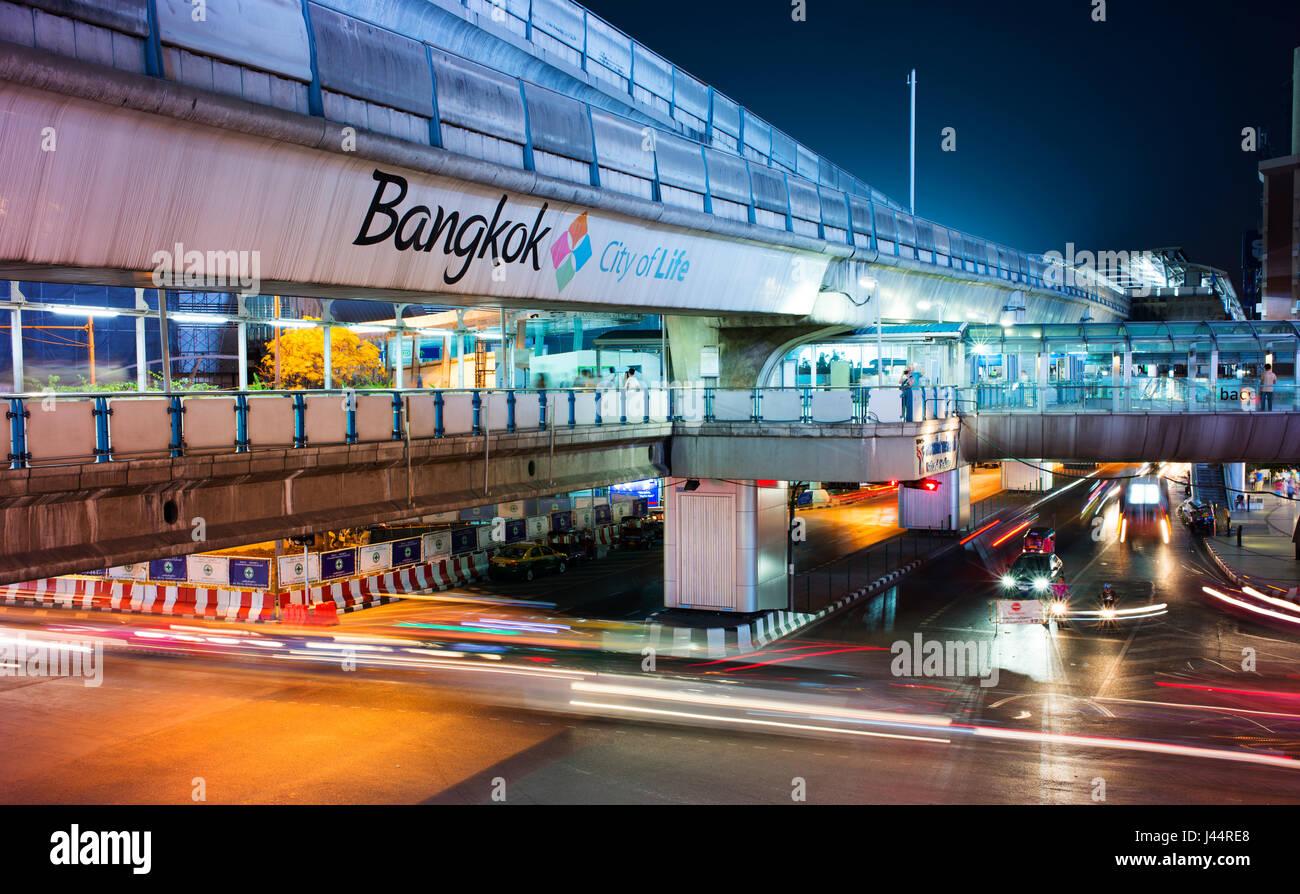 El tráfico y el Skytrain de Bangkok en la calle Sukhumvit Road, Bangkok. Imagen De Stock