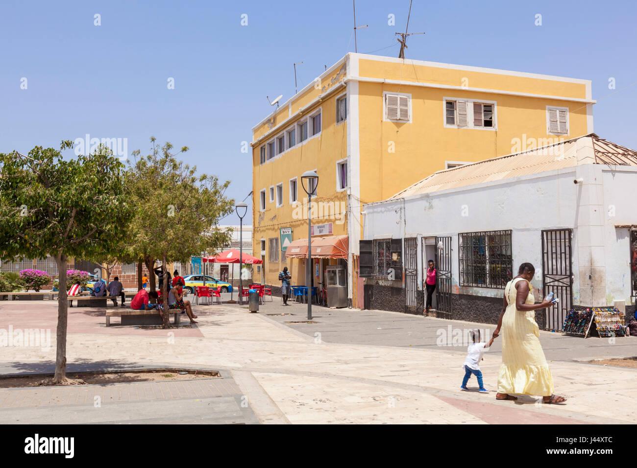 Cabo Verde sal plaza principal con la gente local en la ciudad capital de Espargos y Santa Maria, en la isla de Imagen De Stock