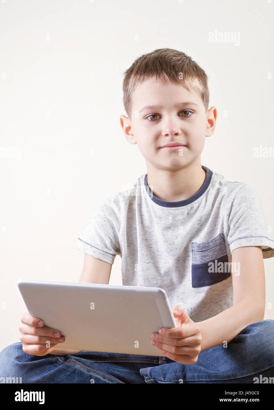 Chico con Tablet PC. la infancia, la educación, el aprendizaje, la tecnología, el concepto de ocio Foto de stock